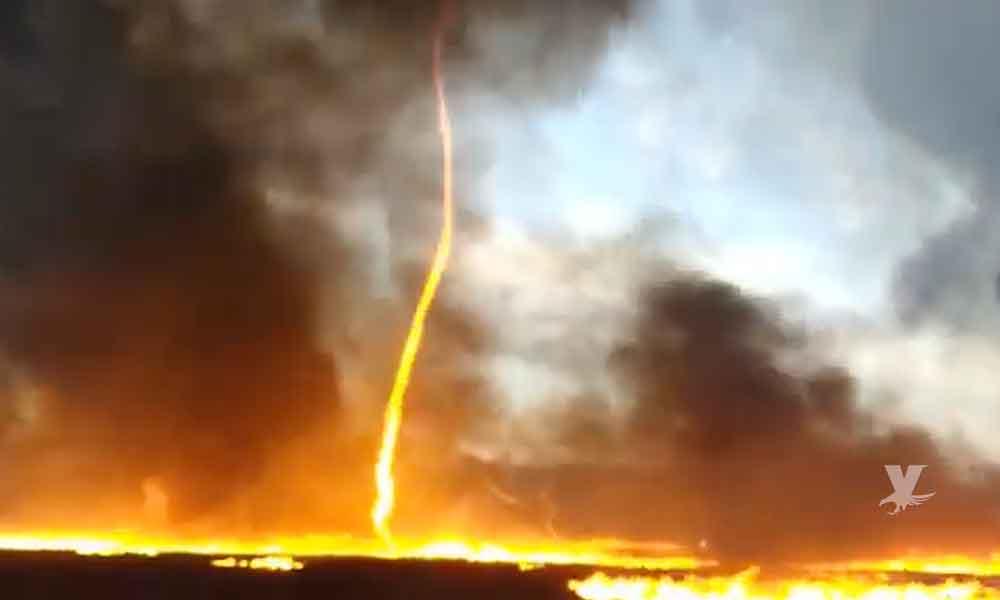 (VIDEO) ¡Impresionante! Tornado de fuego durante incendio en una empresa