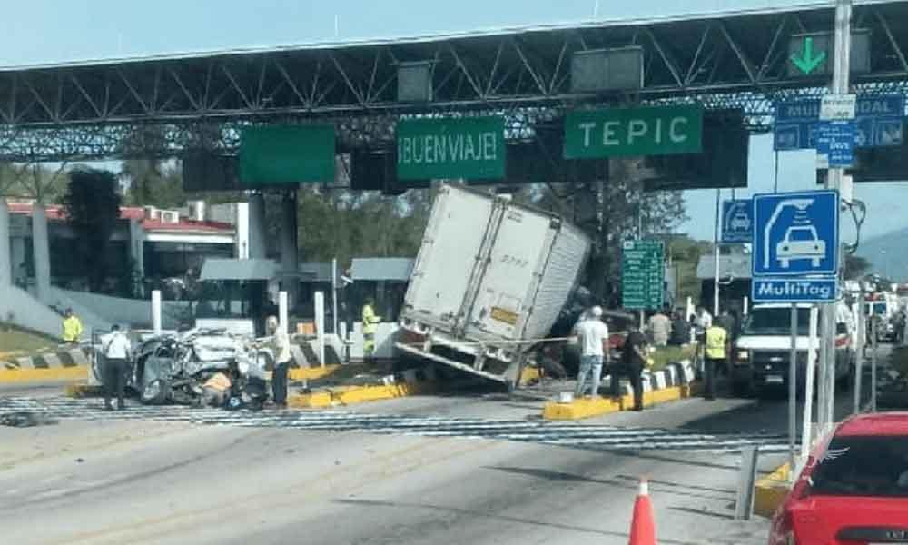 Tráiler choca contra caseta de cobro y autos en Tepic; un muerto y 8 heridos