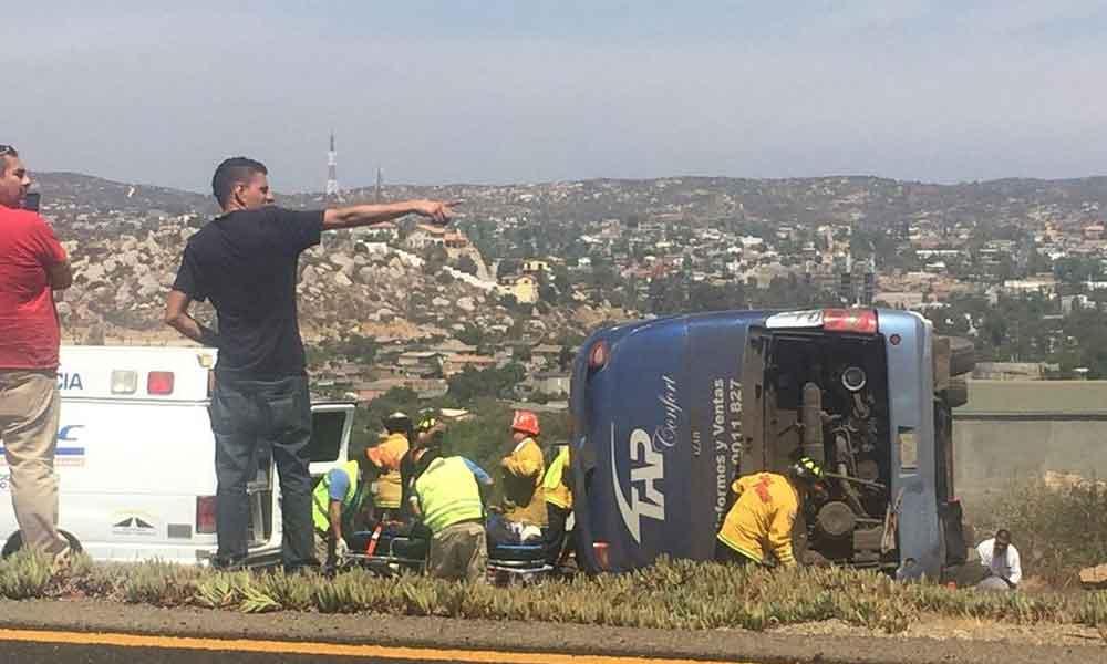 Despliegan operativo de rescate por volcadura de autobus TAP en autopista Tijuana – Tecate, dos prensados