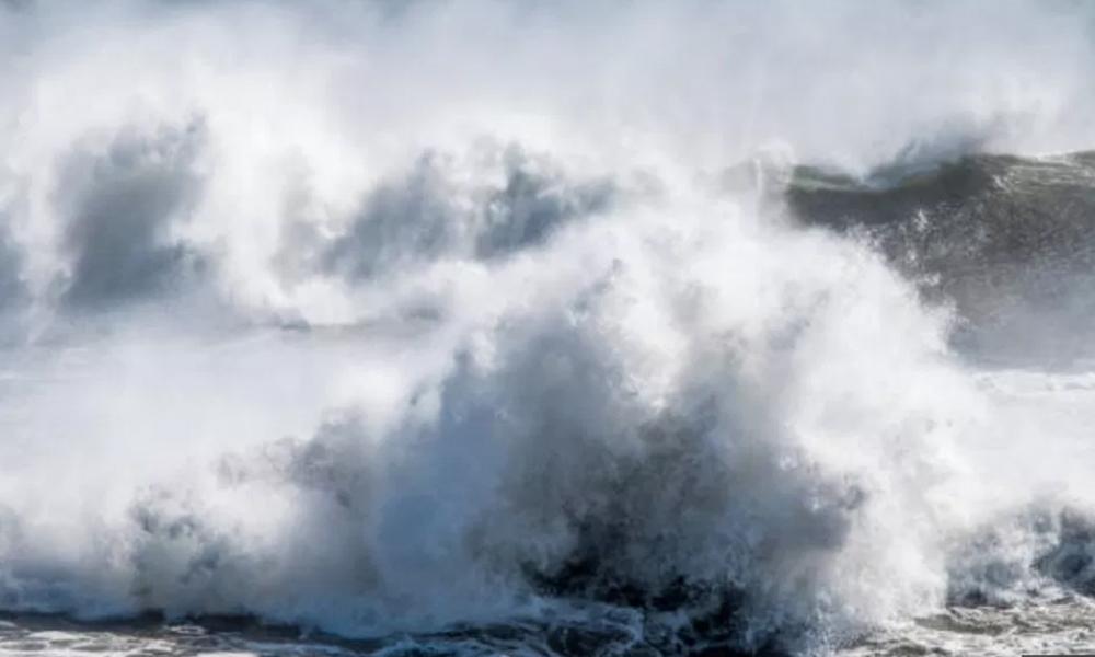 """""""Destructor"""" Huracán Florence produce olas de más de 25 metros de altura"""