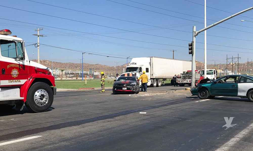 Fuerte accidente en carretera Tecate-Tijuana, frente a Toyota