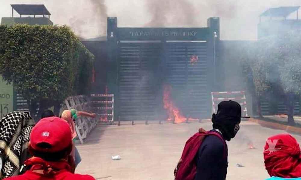 (VIDEO) Padres y normalistas atacan con bombas molotov Batallón de Infantería