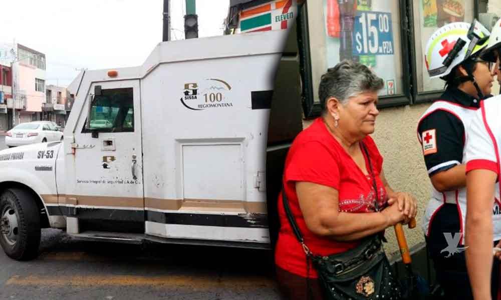 Mujer mayor cruza semáforo en rojo y es atropellada por camioneta de valores