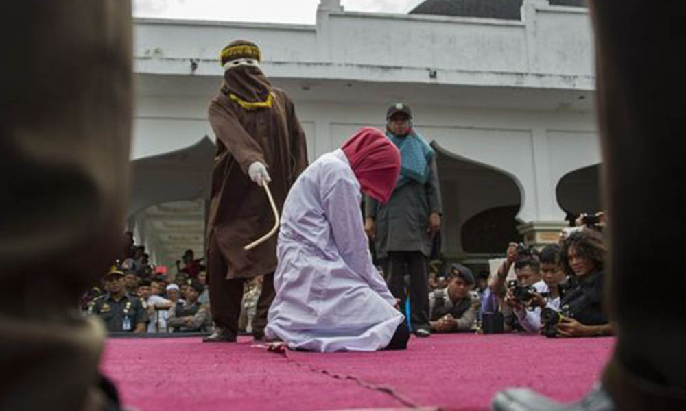 Castigan y multan a dos lesbianas en Malasia por violar ley islámica