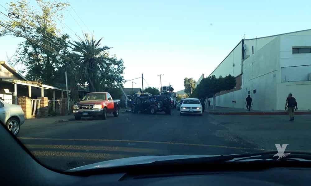 Automovilista en presunto estado de ebriedad impacta poste de CFE y lo derriba frente a Cervecería en Tecate