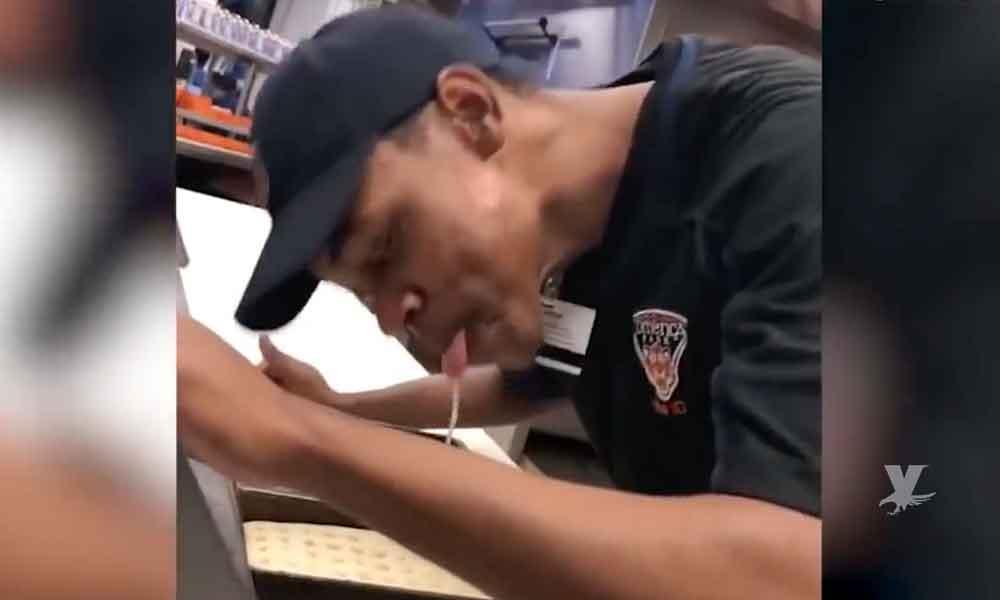 (VIDEO) Cocinero escupe sobre una pizza mientras la prepara en un estadio de beisbol en EEUU