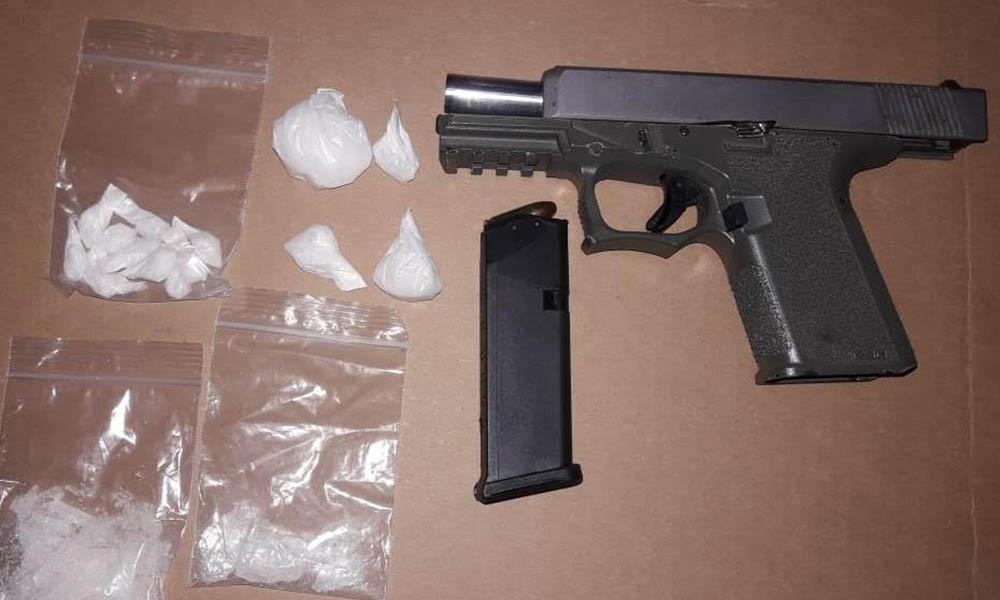 Decomisan arma de fuego y metanfetaminas a dos sujetos en Tijuana