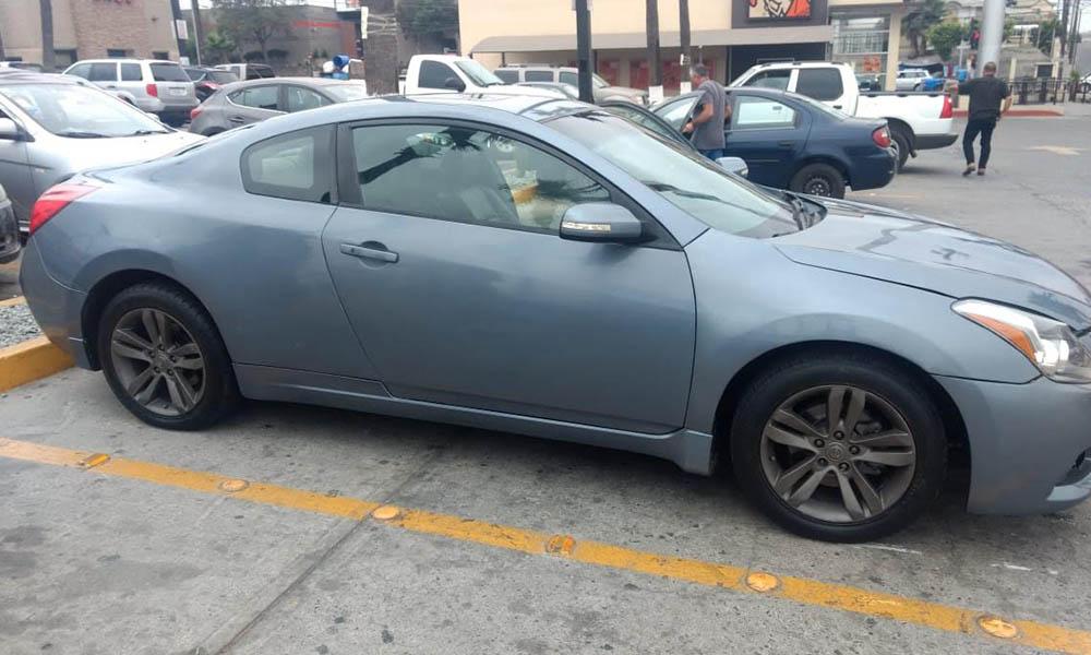 Detienen a dos sujetos por robo de auto y posesión de arma de fuego en Tijuana