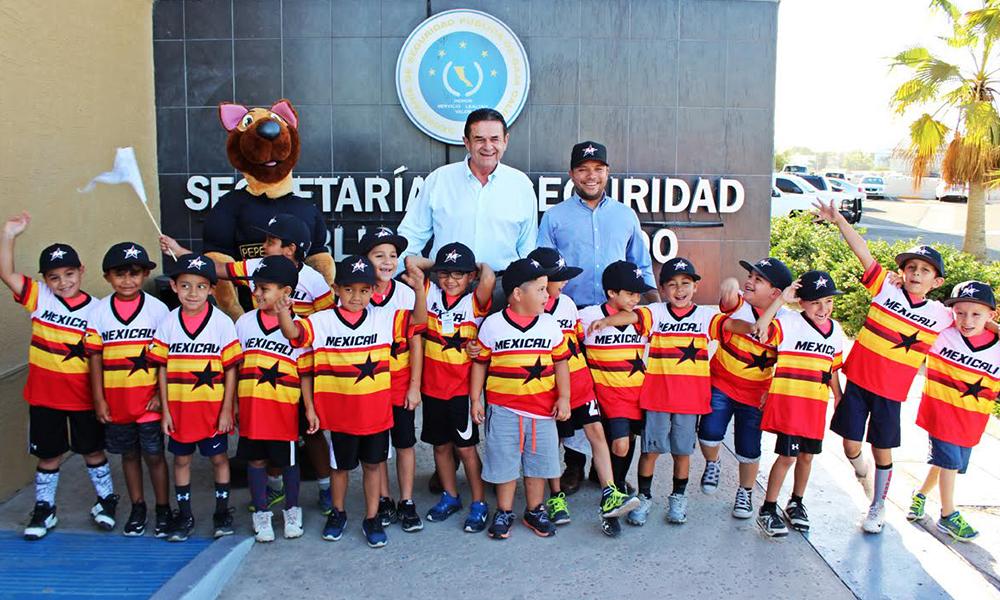 Entrega Sosa Olachea uniformes y material deportivo a club de beisbol infantil Mexicali Stars