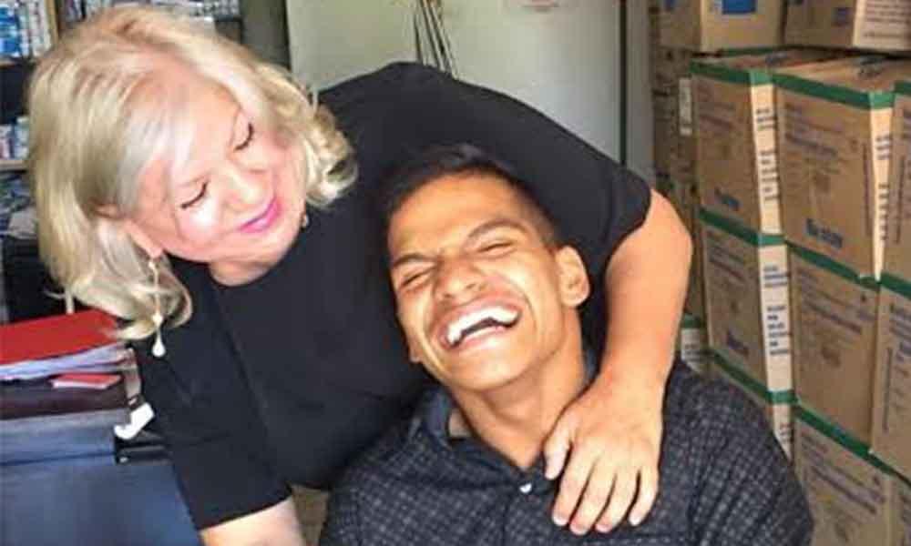 Joven con discapacidad ofrece artesanías para sobrevivir en Tecate