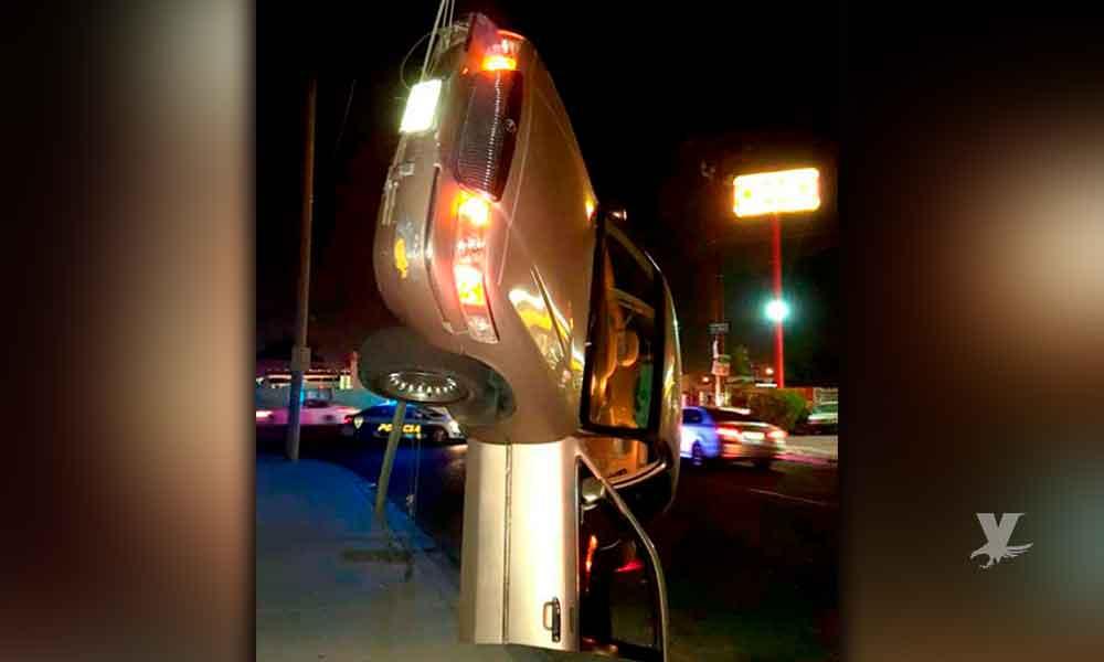 """Sujetos alcoholizados dejaron el carro """"colgando"""" en los cables afuera del oxxo, sucedió en Mexicali"""