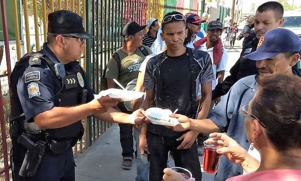 Entregan Oficiales de Mexicali alimentos a personas migrantes y en situación de calle