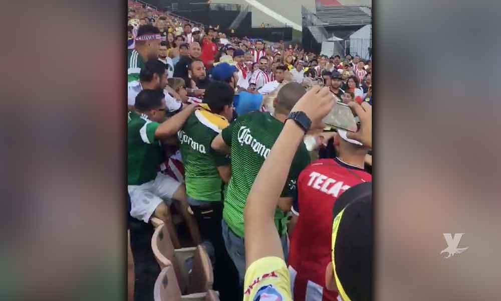 (VIDEO) Aficionados de América y Chivas protagonizan pelea en partido amistoso en Estados Unidos