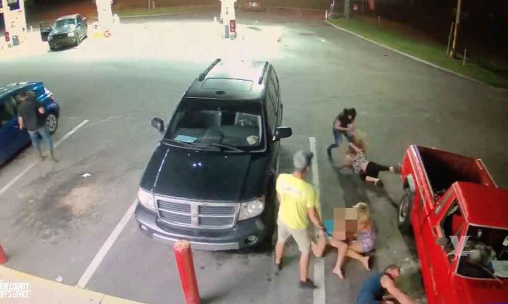 (VIDEO) Pareja golpea a 4 civiles y 1 policía, entre los agredidos hay una niña de 11 años