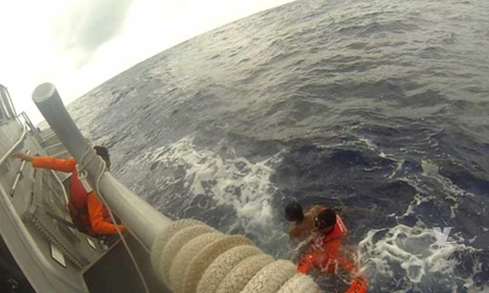 Hombre es rescatado después de 12 horas de flotar perdido en mar abierto