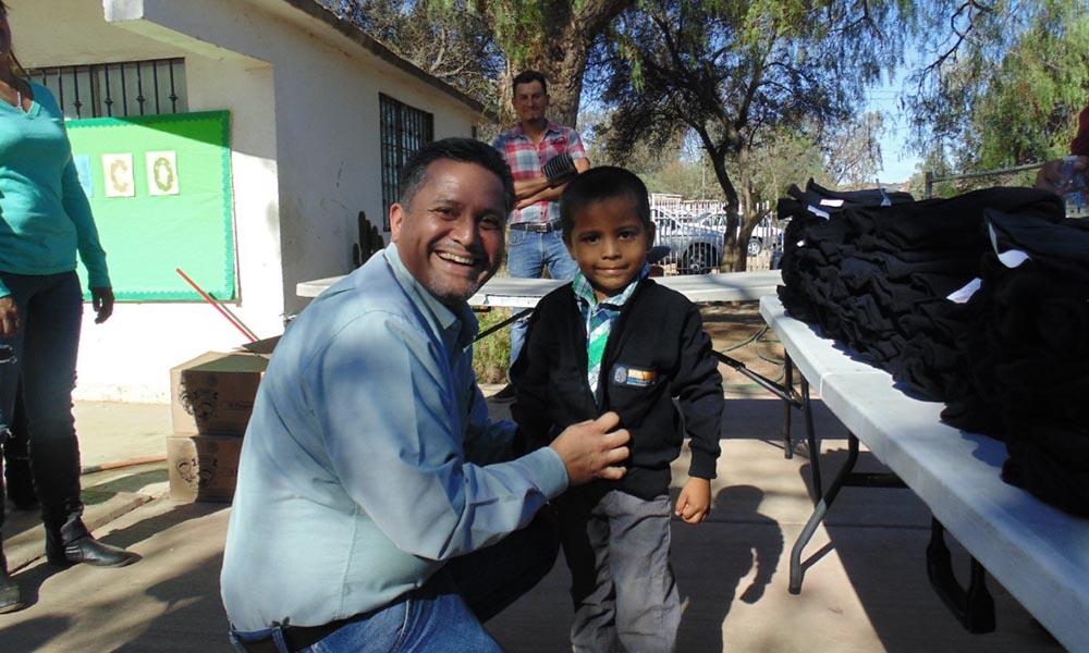Alumnos de educación básica reciben uniformes y útiles escolares en Tecate