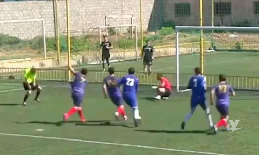 (VIDEO) ¡Increíble! Árbitro anota gol de cabeza después de que el portero atajara el penal