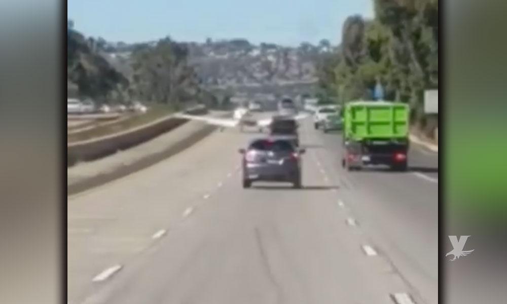 (VIDEO) Avioneta aterriza de emergencia sobre el Freeway a la altura de El Cajón