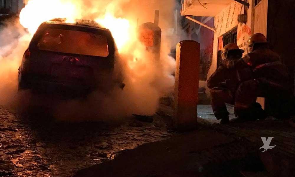 Extorsionadores quemaron un trasporte público con una señora y su hijo en el interior
