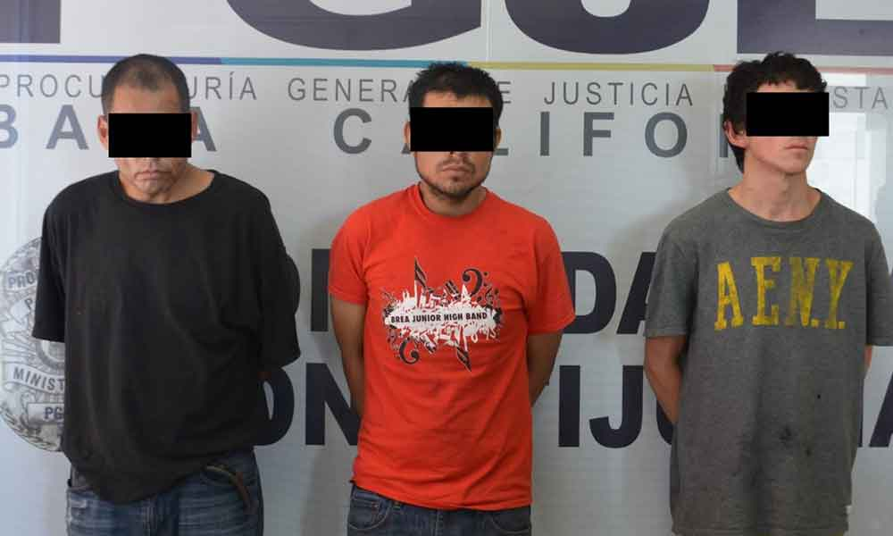 Capturan a tres sujetos con orden de aprehensión por robo de vehículo en Tijuana