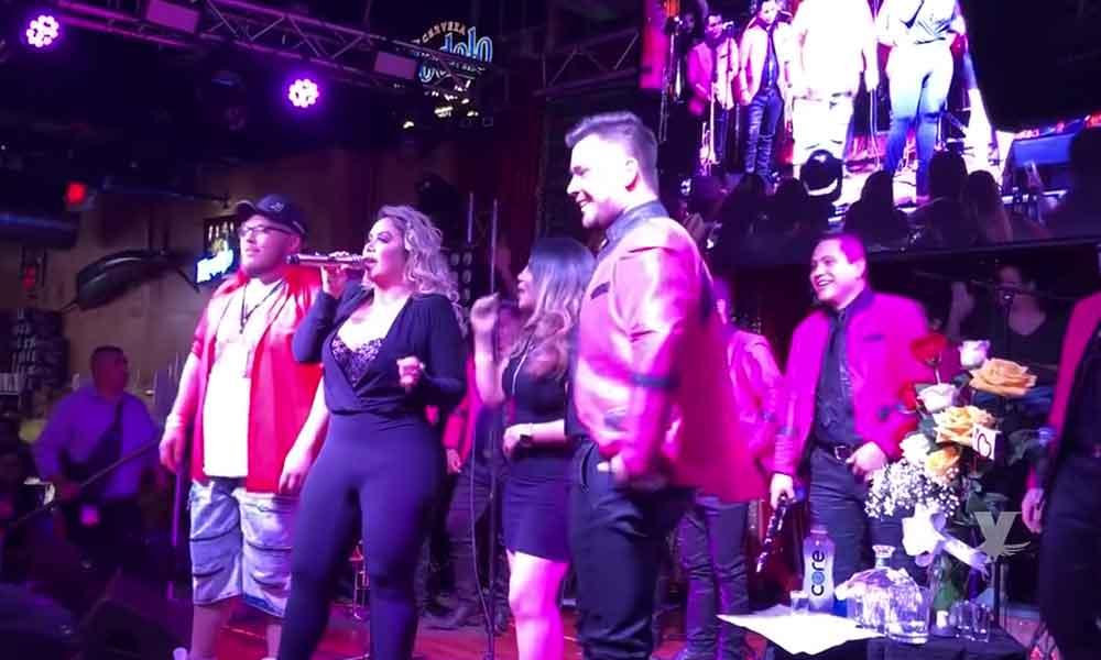 (VIDEO) Chiquis Rivera se pone borracha en concierto y pide le toquen las 'nailons'