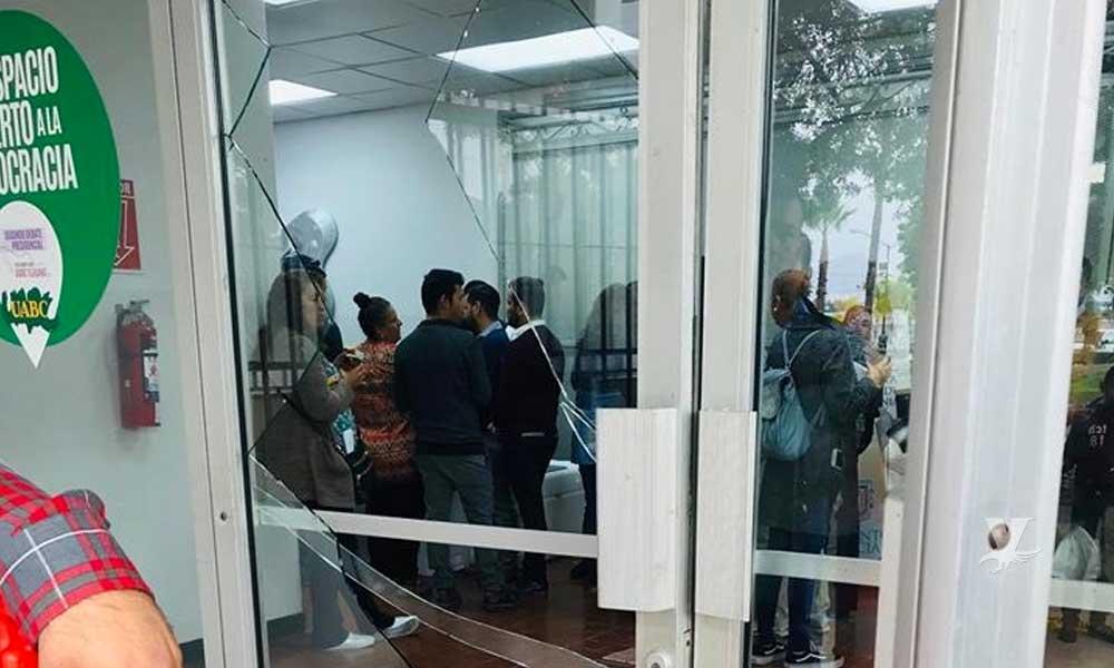 (VIDEO) Violenta manifestación de la CNTE deja daños materiales en UABC Tijuana