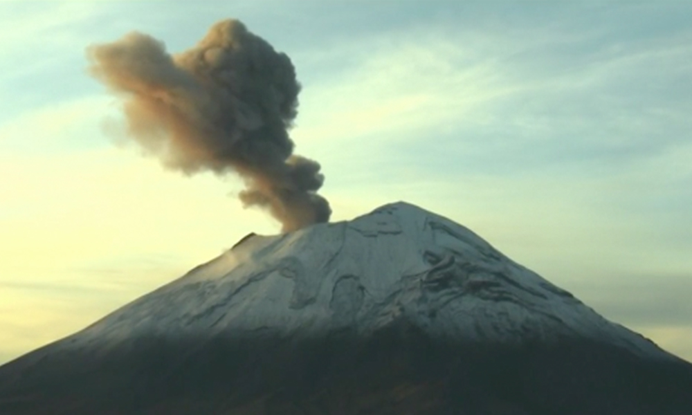 Emiten recomendaciones tras exhalación de más de un kilómetro del Popocatépetl