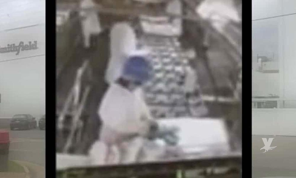 (VIDEO) Hombre orina sobre la carne para hamburguesas en línea de producción