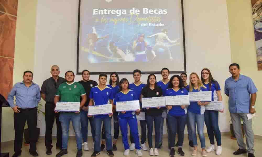 INDE entrega becas a los mejores deportistas de Baja California