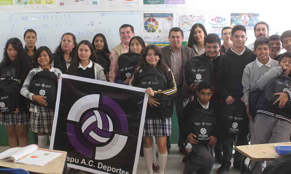 Entregan 96 paquetes de útiles y mochilas escolares a los alumnos de Telesecundaria en Tecate