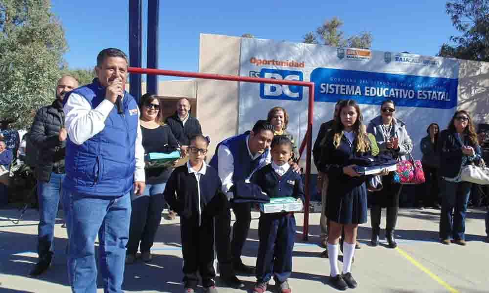Entregan apoyos educativos a los alumnos del Ejido El Encinal de Tecate