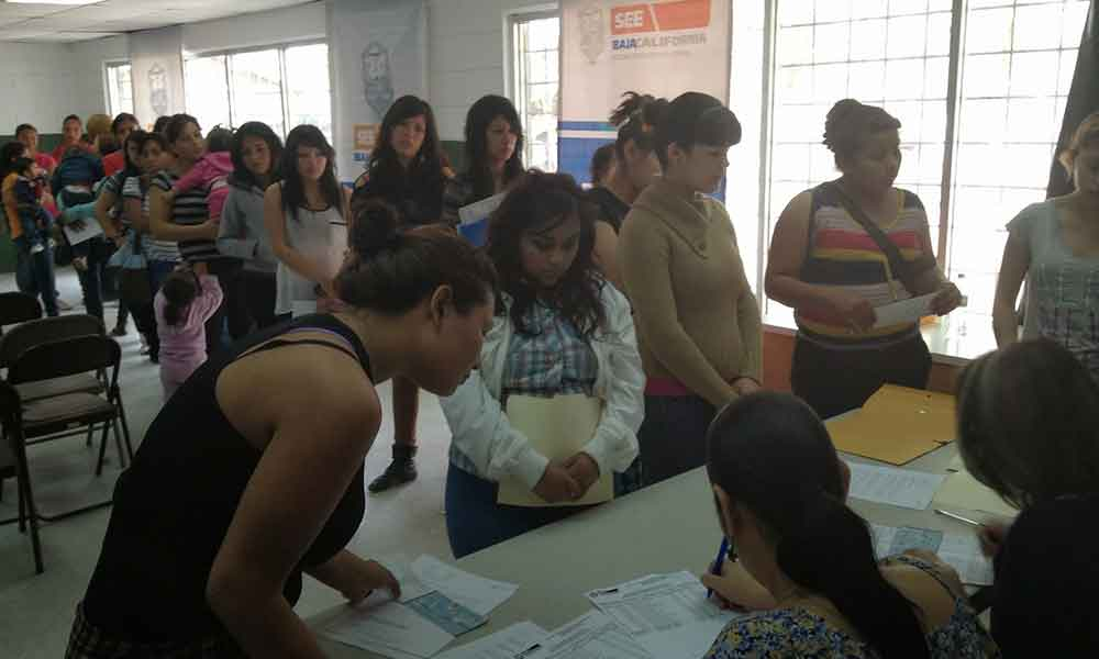 Entregan apoyos escolares para reducir el rezago educativo en Tecate