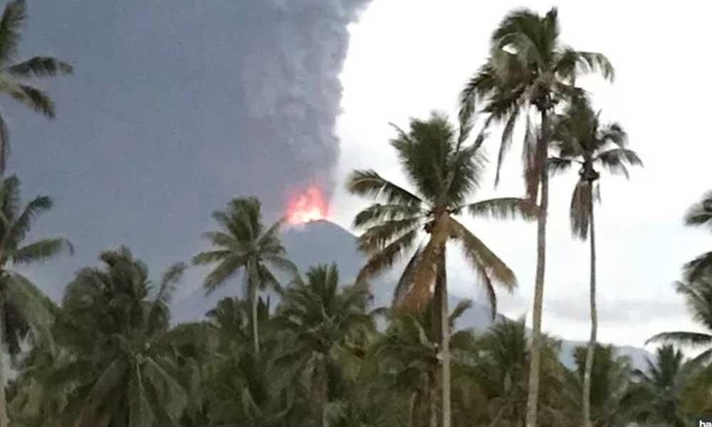 Hace erupción volcán días después del azote de un tsunami en Indonesia