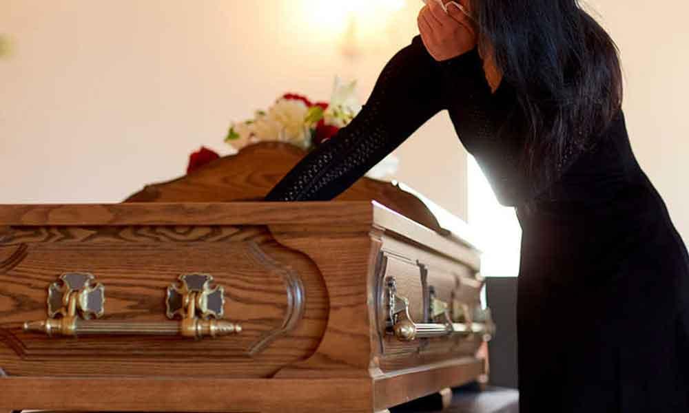Hombre finge su muerte y provoca el suicidio de toda su familia