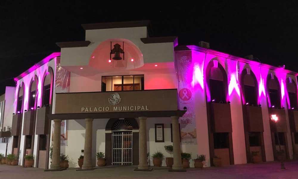 Iluminan de color rosa presidencia Municipal de Tecate