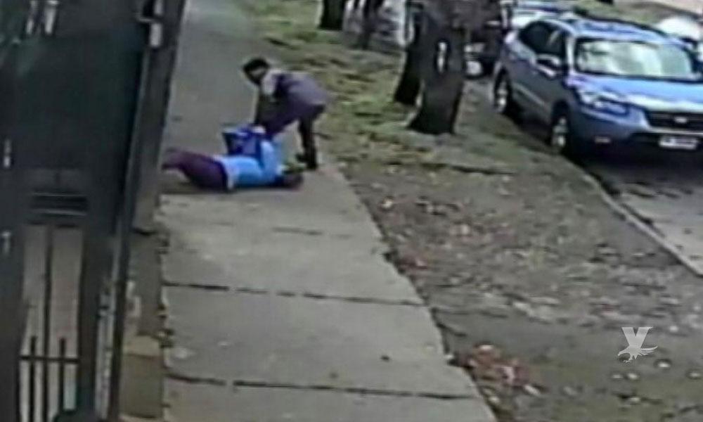 Ladrones arrastran por la calle a mujer para quitarle su bolso en Tijuana