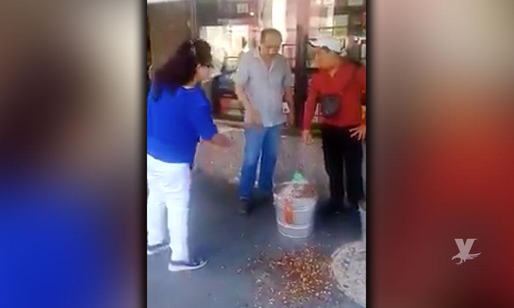 (VIDEO) #LordCacahuates tira la mercancía de un vendedor por vender afuera de su librería