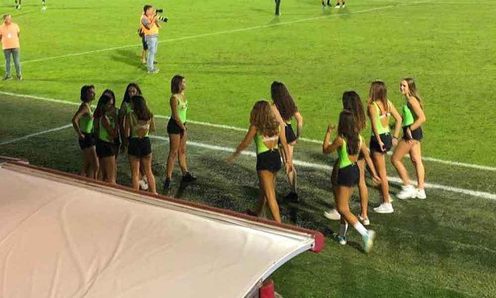 """Equipo de futbol utilizó mujeres menores de edad en minishort como """"recogepelotas"""""""
