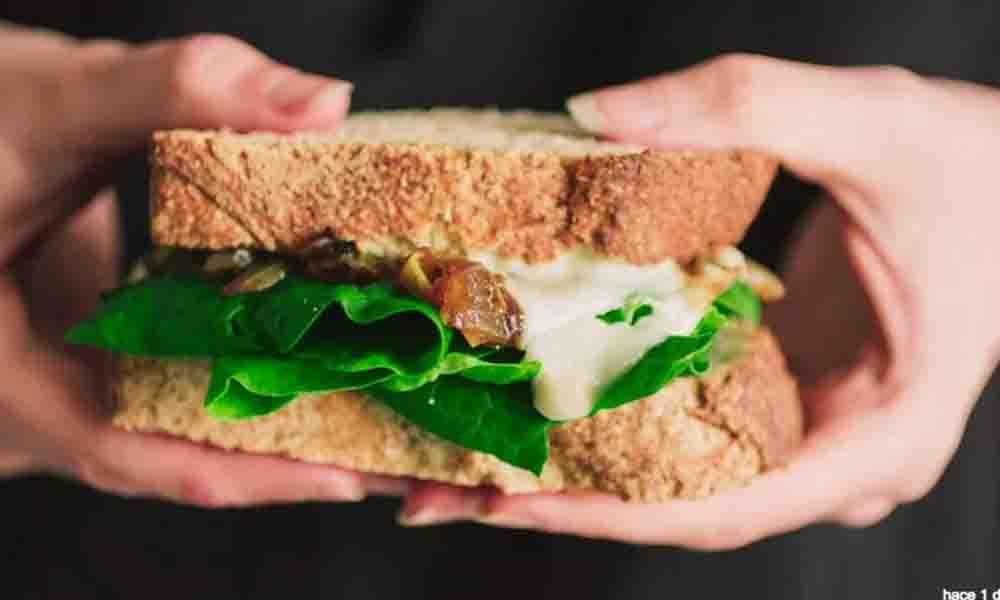 ¡Tragedia! Muere joven durante vuelo tras comer sándwich vegano