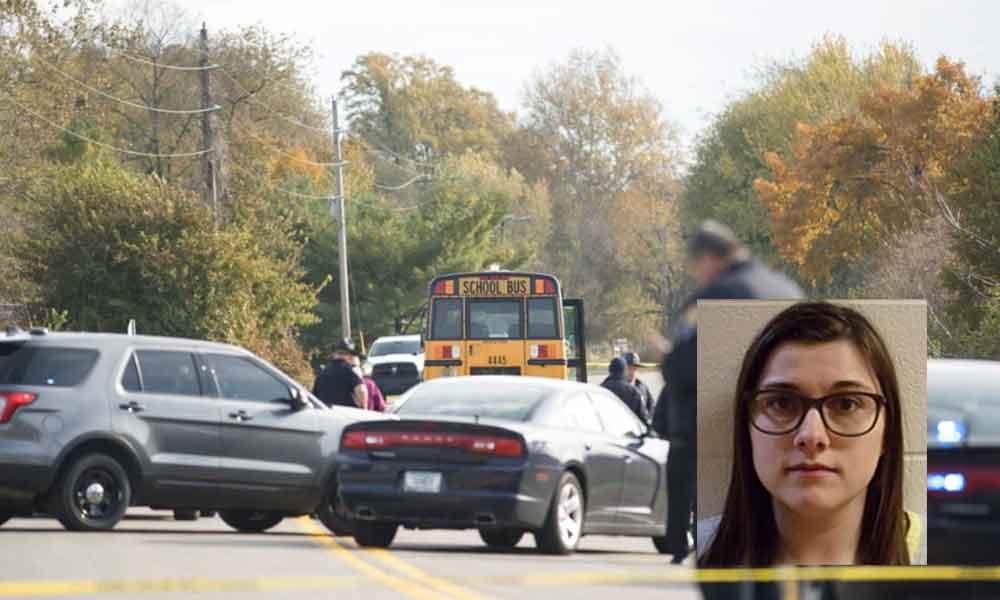 Mujer atropella a 3 niños cuando subían a autobús escolar