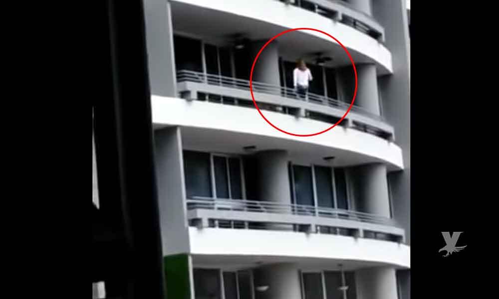 (VIDEO) Mujer intentaba tomarse una selfie en el balcón y cae desde el piso 27