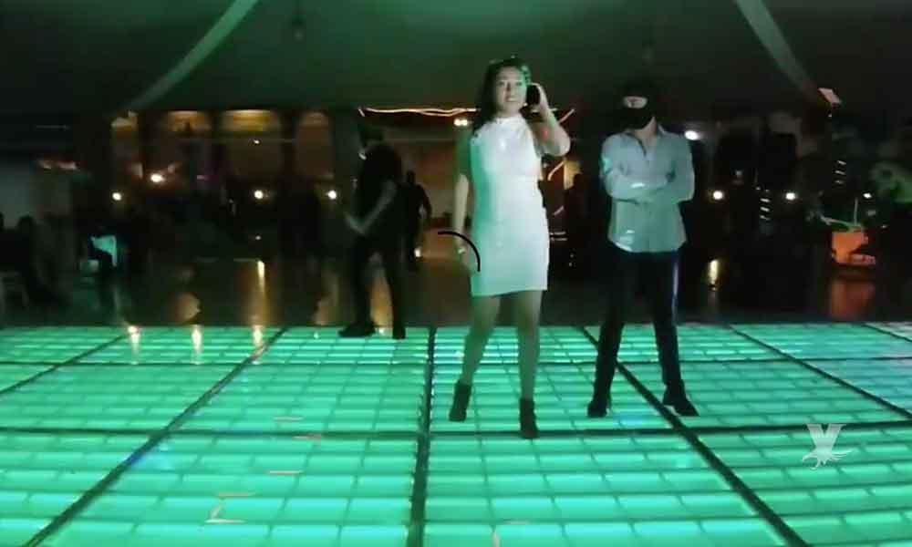 """(VIDEO) Entre chambelanes vestidos de policías y sicarios festeja sus XV Años con """"narcovals"""""""