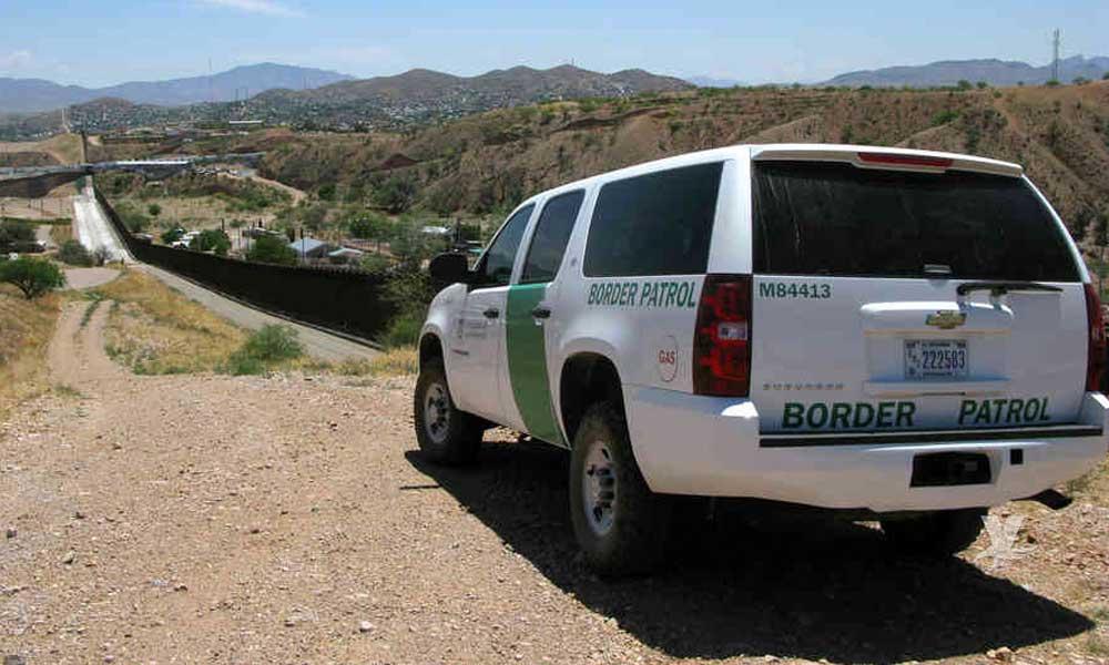Familia hondureña brinca el muro y se entrega voluntariamente a la CBP