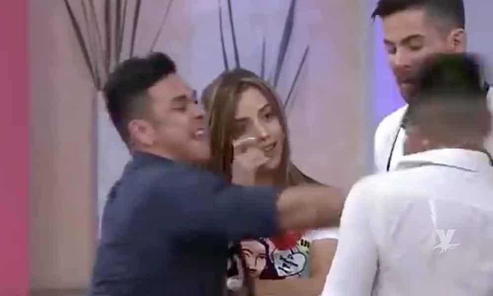 """(VIDEO) En programa en vivo se agarraron a golpes participantes de """"Enamorándonos"""""""