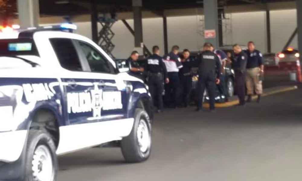 Agreden a Policía Comercial en el estacionamiento de Macroplaza Tijuana