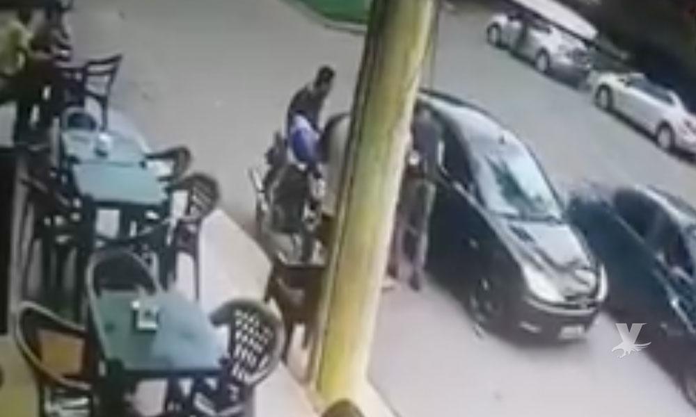 (VIDEO) Policía se suicida en plena calle después de matar accidentalmente a su amigo