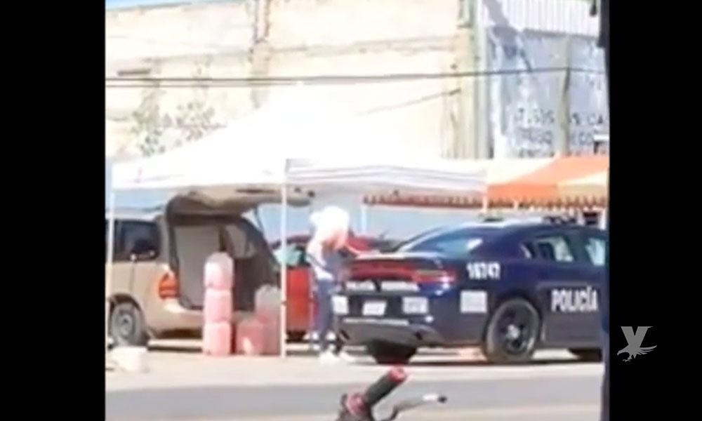 """(VIDEO) Policías Federales son grabados """"cargando"""" huachicol en una patrulla"""