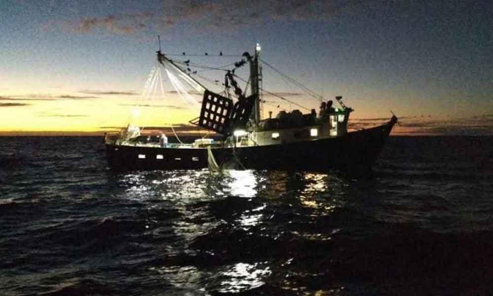 Salvan a 15 personas que naufragaron frente a las costas de Rosarito