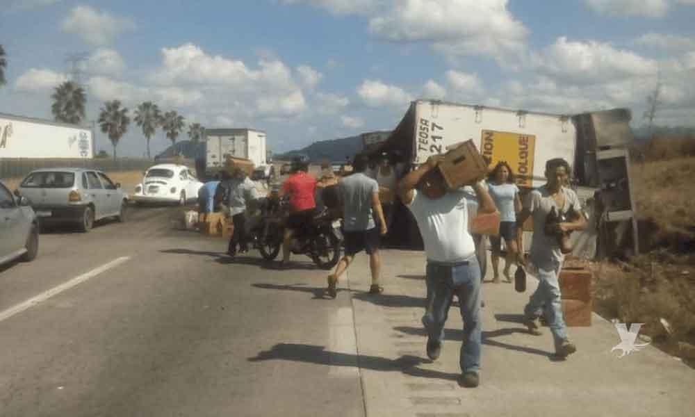 Camión repartidor de cerveza es saqueado después de fuerte accidente