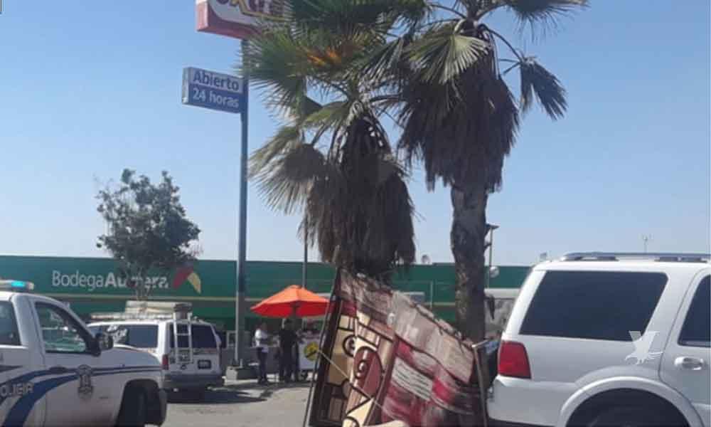 Niño coloca carro en reversa y ocasiona accidente en Bodega Aurrerá de Tijuana